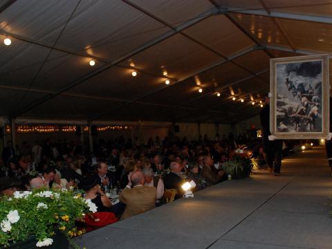 Les œuvres d'art défilent sur le podium lors de l'expo-vente Buffalo Bill Art Show and Sale