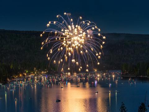 Feu d'artifice au-dessus de la ville pittoresque de BassLake pour fêter le Jour de l'Indépendance