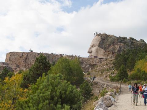 Une randonnée de dix kilomètres à travers les bois pour admirer le chantier de la sculpture Crazy Horse