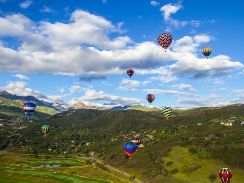 Ballet aérien et coloré lors du festival de montgolfières de Snowmass