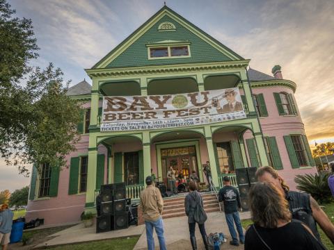 Musique devant le porche d'une maison pendant le Bayou Beer Fest