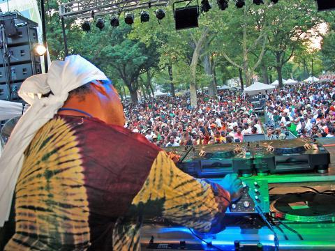 Un DJ fait danser la foule lors de la journée de la danse, lors du Lincoln Park Music Festival