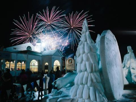 Sculptures et feu d'artifice au Snowfest