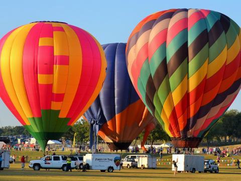 Montgolfières colorées parées au décollage lors du Plano Balloon Festival