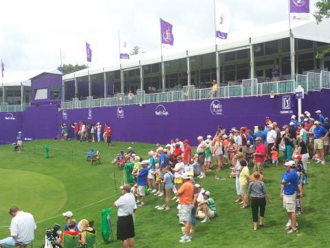 Les yeux rivés sur le green lors du tournoi de golf FedEx St. Jude Classic