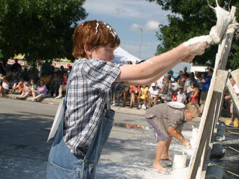 Peignez en blanc la célèbre palissade lors des National Tom Sawyer Days
