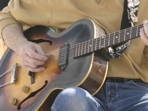 Guitariste participant au Cheyenne Arts Festival