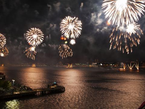 Le feu d'artifice du 4juillet Macy's Fireworks illumine le ciel nocturne