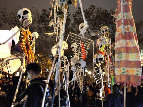 Squelettes dansant lors de la Village Halloween Parade