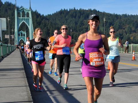 Concurrentes souriantes du marathon de Portland