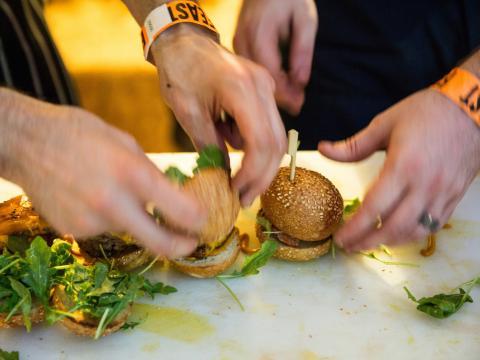 Dégustation de mini-hamburgers au Feast Portland