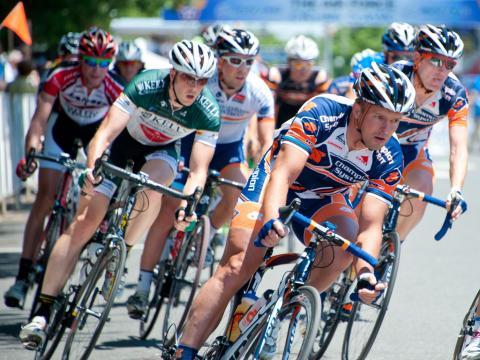 Cyclistes participant à la classique de l'Air Force Association