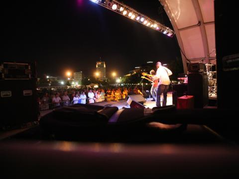 Groupe se produisant sur scène au Kalamazoo Blues Festival
