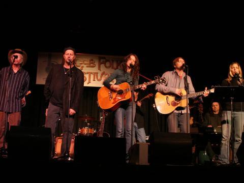 Chanteurs et musiciens sur la scène du Moab Folk Festival