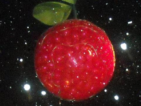 La CherryT Ball, une boule en forme de cerise qui est «lâchée» au-dessus de la foule réunie à TraverseCity, le soir de la Saint-Sylvestre