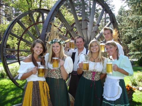 Bières et sourires lors de l'Oktoberfest organisée à Camp Richardson