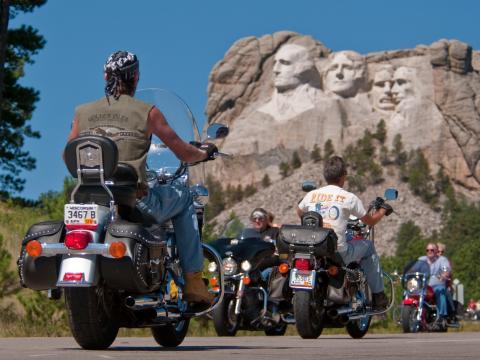 Les motards du Sturgis Motorcycle Rally sillonnent la route sous le regard des anciens présidents