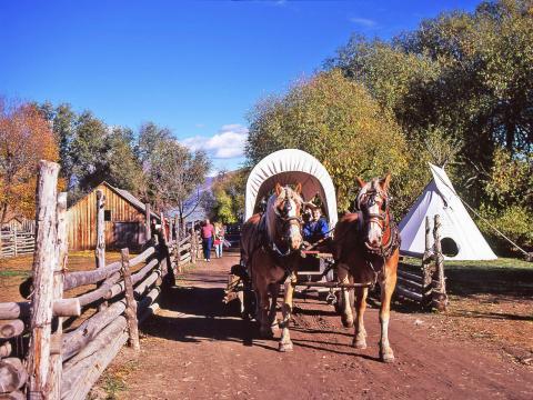 Promenades en roulotte pendant le Fall Harvest Festival, la fête des récoltes qui se déroule à l'American West Heritage Center