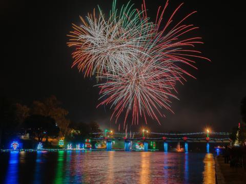 Feu d'artifice et illuminations lors du Turn on the Holidays Festival of Lights