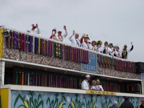 Char sur le thème du baseball lors du défilé de Mardi gras Krewe of Dionysos