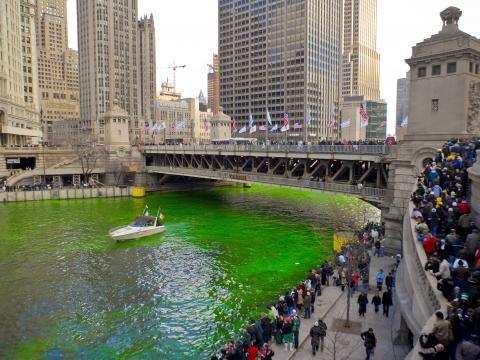 Teinte de la rivière Chicago en vert émeraude pour la Saint-Patrick