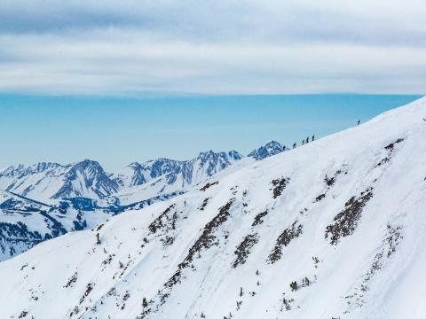Montée à ski pendant une course de ski longue distance lors de l'événement Shedhorn Skimo à Big Sky, Montana