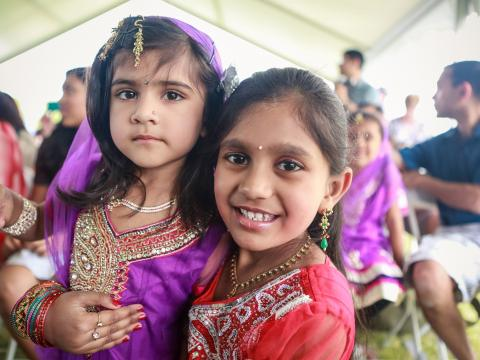 Enfants participant au Gilbert Global Village Festival et portant une tenue traditionnelle