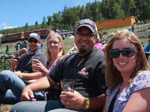 Dégustation de bière au festival Rails & Ales Brewfest après un circuit en train sur le Rio Grande Scenic Railroad à Alamosa, Colorado