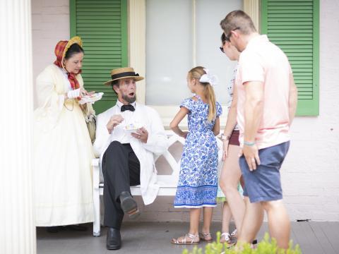 Rencontre entre une famille et des comédiens jouant le rôle de Lincoln et de ses proches lors de l'événement History Comes Alive à Springfield, dans l'Illinois