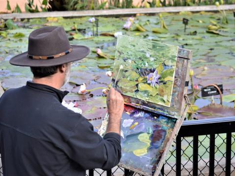 Un artiste peint les nymphéacées du Civic League Park à l'occasion du concours national EnPleinAirTEXAS et de la Cinch Roping Fiesta
