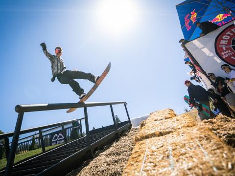 Un snowboardeur lors de l'événement Hot Dawgz & Hand Rails à Big Bear Lake, en Californie