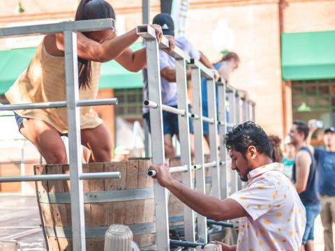 Foulage des raisins pour la fabrication de vin lors du GrapeFest de Grapevine, au Texas