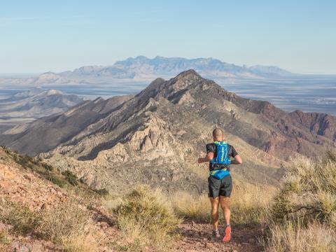 Un participant à la course Franklin Mountains Trail Runs entouré de majestueuses montagneux
