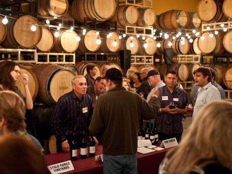 Dégustation de vins lors du Garagiste Festival mettant à l'honneur les petits producteurs à Paso Robles, Californie