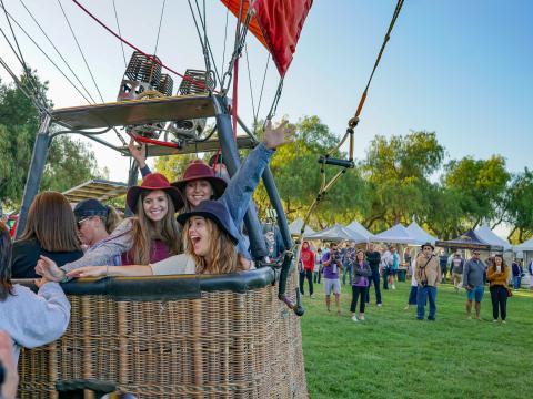 Montgolifère prête à décoller à l'occasion du Temecula Valley Balloon & Wine Festival en Californie